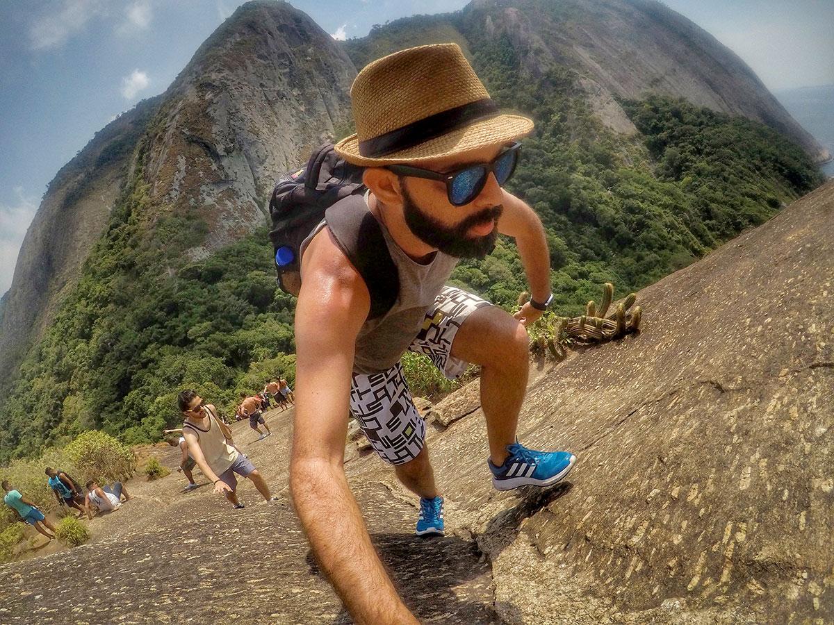 Jeff Slaid escalaminhando o Costão do Itacoatiara, em Niterói (RJ)