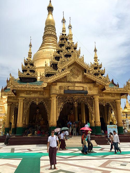 Antonio era a coisa mais gay de Shwedagon Pagoda, em Yangon, Myanmar