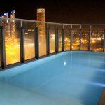 Piscina aquecida externa, com vista panorâmica de Rosário e do rio Paraná, à noite