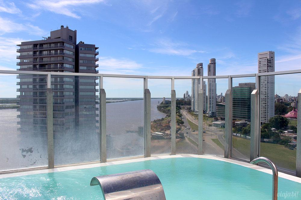 Vista da piscina do Puerto Norte Design Hotel, em Rosário, na Argentina