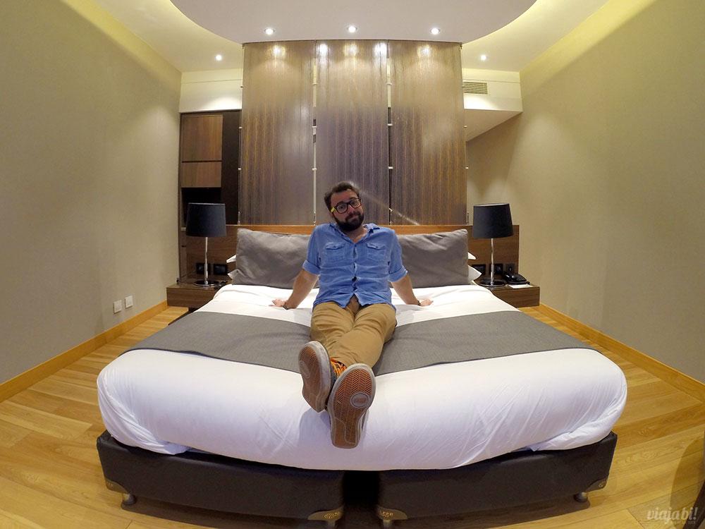 Aproveitando a cama que abraça no Puerto Norte Design Hotel, em Rosário, na Argentina