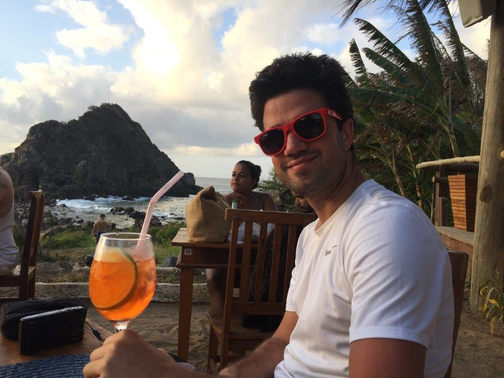 André tomando uns bons drinks no pôr do sol em Fernando de Noronha - Foto: Antonio e André