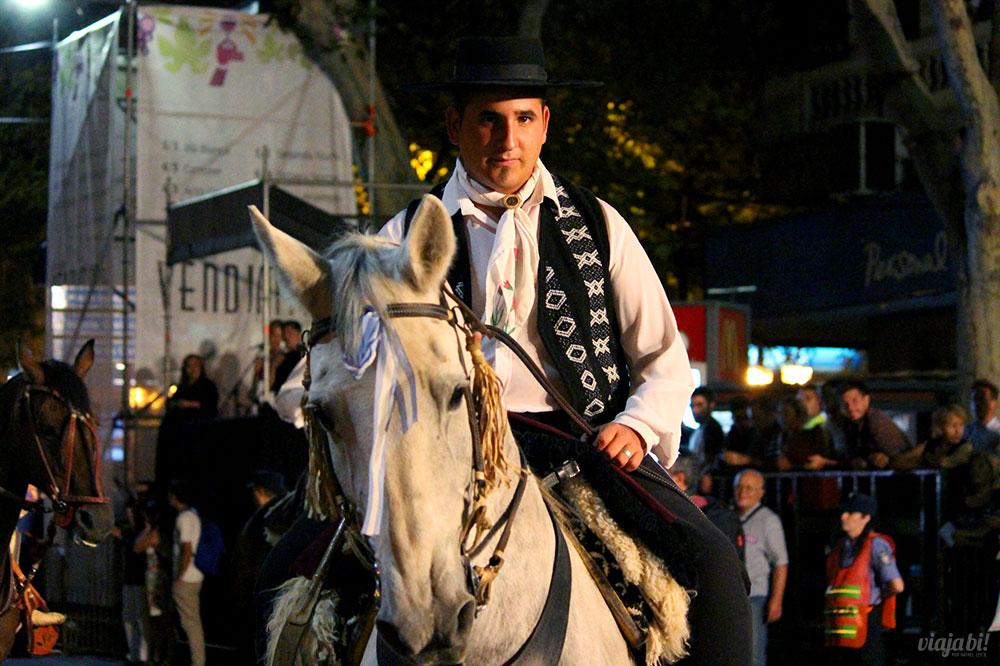 Tradicional gaúcho argentino durante a Via Blanca de las Reinas, em Mendoza
