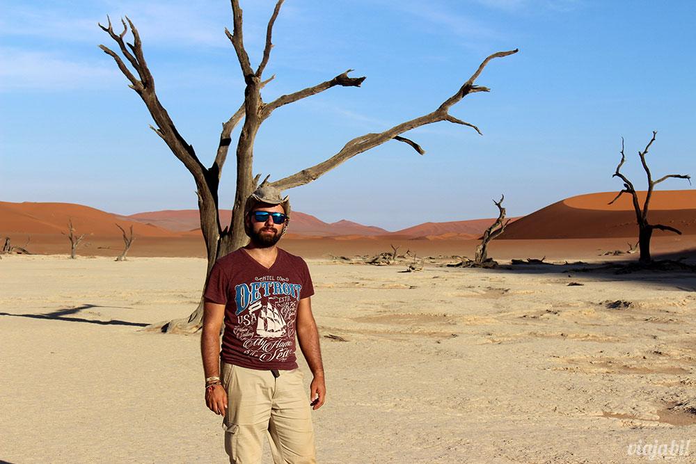 Posando nas árvores de Deadvlei, ao lado das dunas de Sossusvlei, na Namíbia