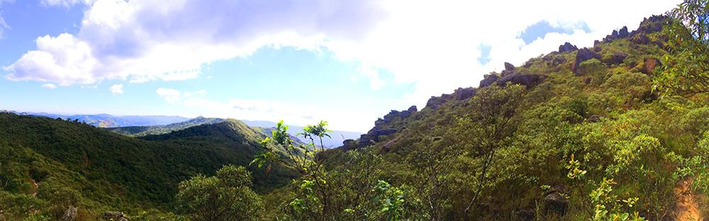 A imensidão verde na trilha ao Pico do Itacolomi, perto de Ouro Preto, em Minas Gerais