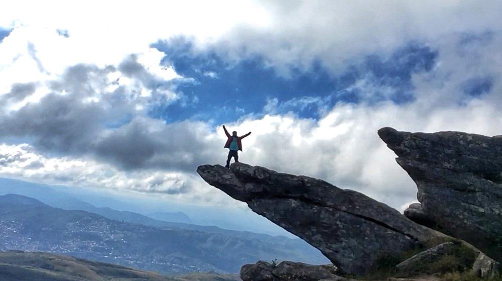 Jeff Slaid fazendo o Simba na pedra d'O Rei Leão, na trilha ao Pico do Itacolomi