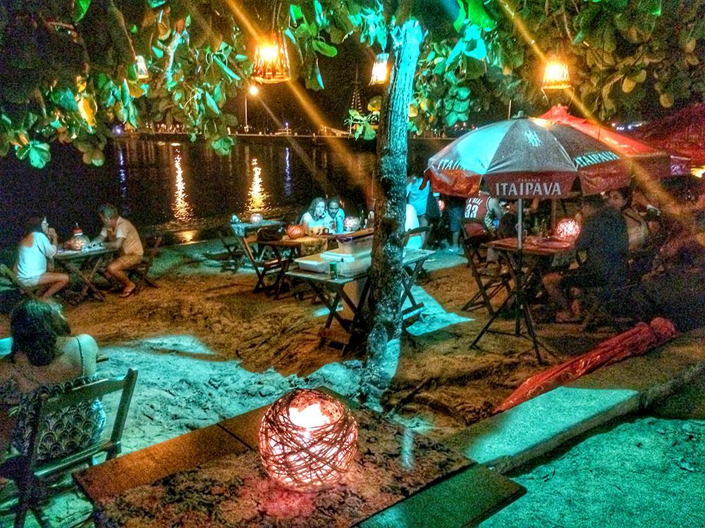 Aventura em Ilha Grande: Restaurante na beira da praia - Foto: Jeff Slaid