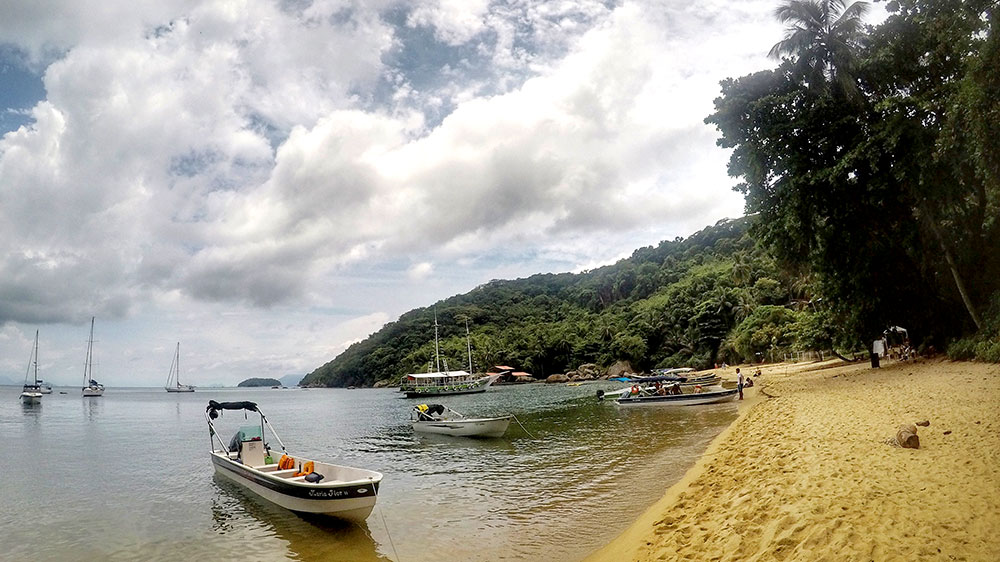 Aventura em Ilha Grande: Praia do Pouso é parada obrigatória dos barcos Abraão x Lopes Mendes - Foto: Jeff Slaid