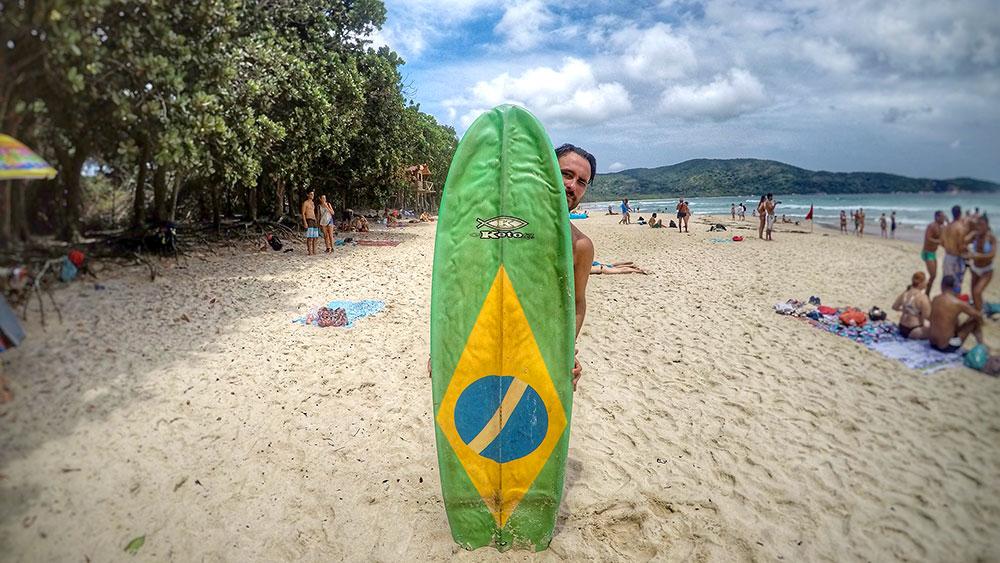 Aventura em Ilha Grande: O surfista brasileiro - Foto: Jeff Slaid