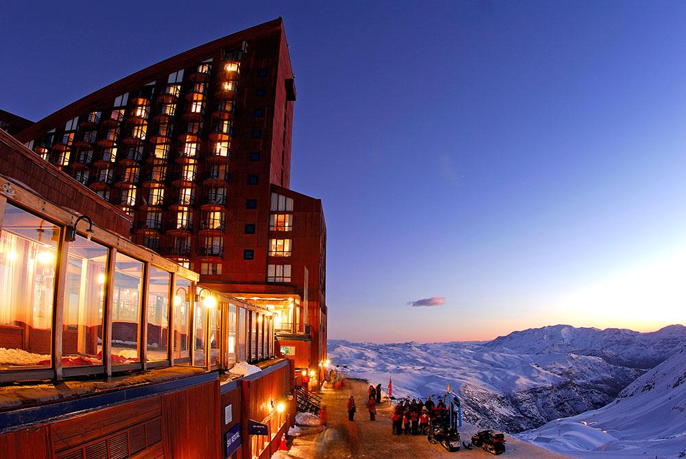 Hotel Puerta Del Sol, do Valle Nevado, com vista de um pôr do sol lindo - Foto: Divulgação
