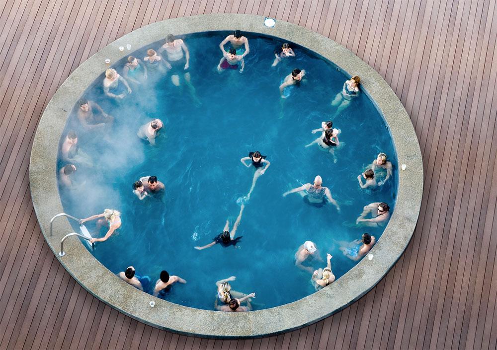 A piscina aquecida externa do Hotel Puerta Del Sol, no Valle Nevado, do alto - Foto: Divulgação
