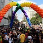 Os carros da Parada LGBT São Paulo vieram bem coloridos em 2017