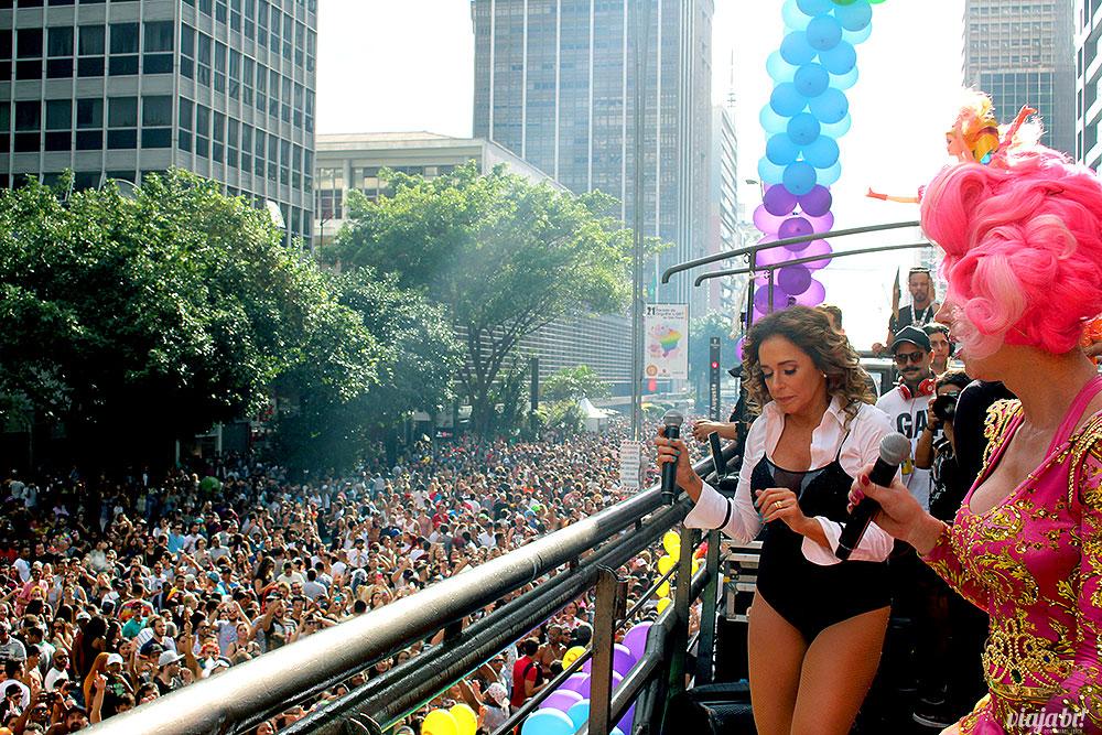 As divas Daniela Mercury e Paulette Pink no trio da Skol na Parada LGBT São Paulo 2017