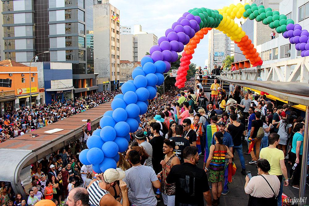 A Parada LGBT começa na Av. Paulista e desce a Rua da Consolação, representada na foto
