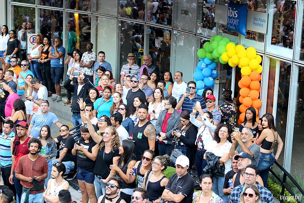 Fachada do hotel ibis budget Paulista, na Rua da Consolação, enfeitada para a Parada LGBT São Paulo
