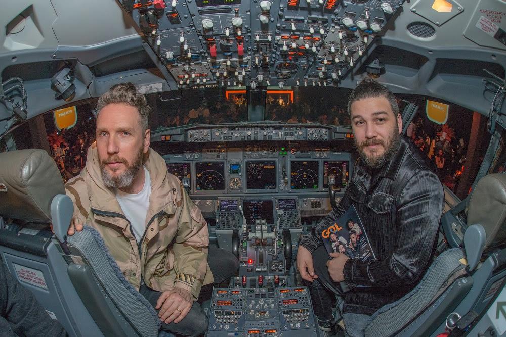Alexandre Herchcovitch e seu marido no cockpit do Boeing - Foto: Julio Rua