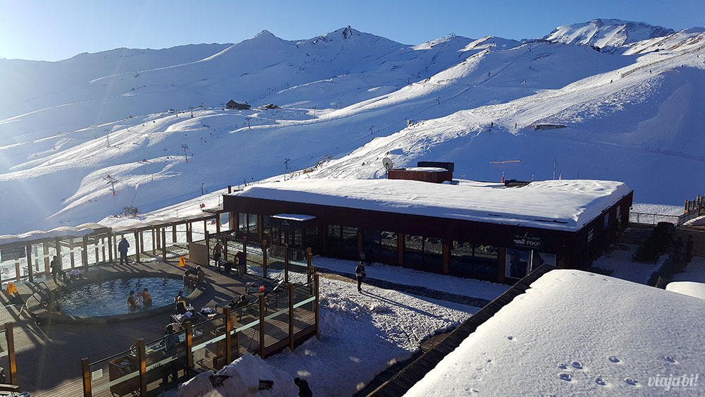 Vista da piscina aquecida externa do Valle Nevado Ski Resort
