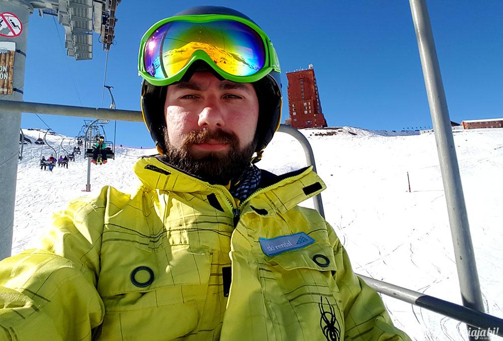 Todo ornamentado no teleférico do Valle Nevado, preparado pro snowboard