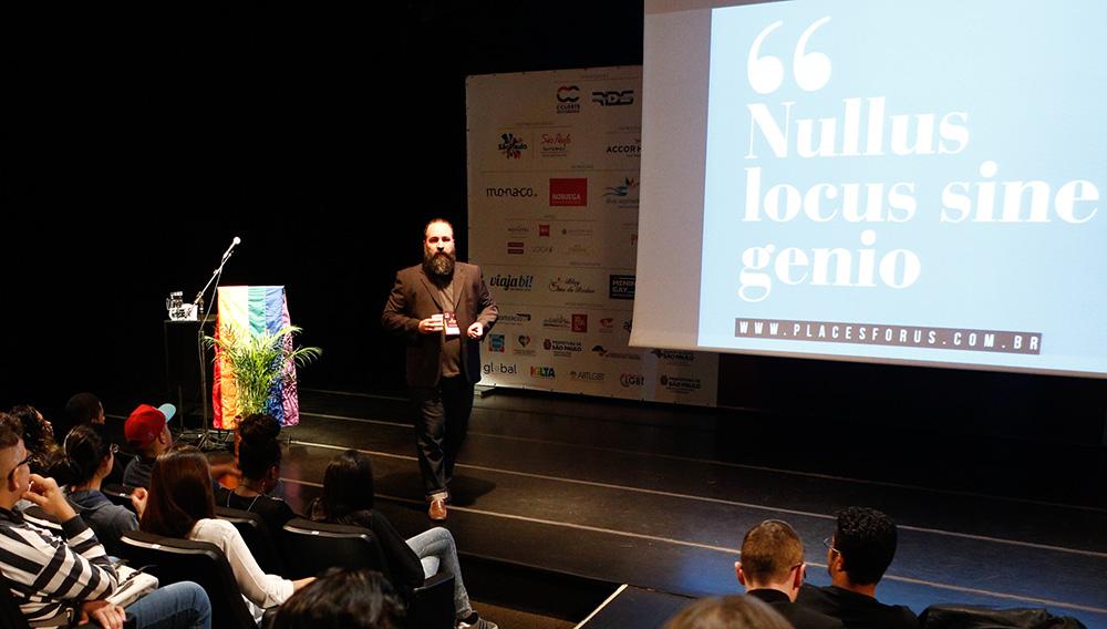 Caio Esteves, da Place for Us, falando de place brand na 1ª Conferência Internacional da Diversidade e Turismo LGBT - Foto: Ricardo Cardoso