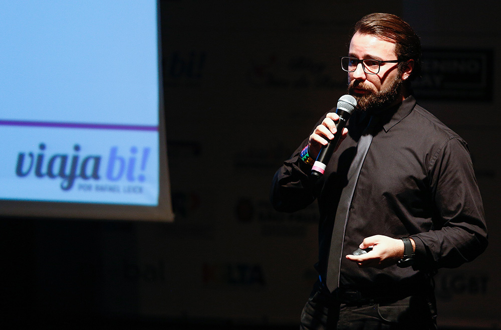 Rafael Leick (eu) representando o Viaja Bi! na 1ª Conferência Internacional da Diversidade e Turismo LGBT - Foto: Ricardo Cardoso