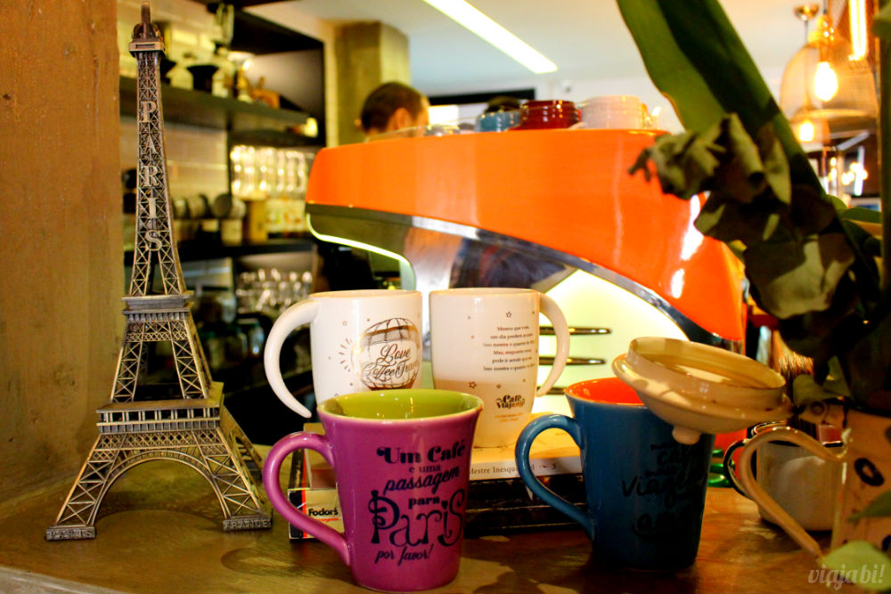 Detalhe do balcão estilo americano do Café do Viajante, o melhor café em Curitiba