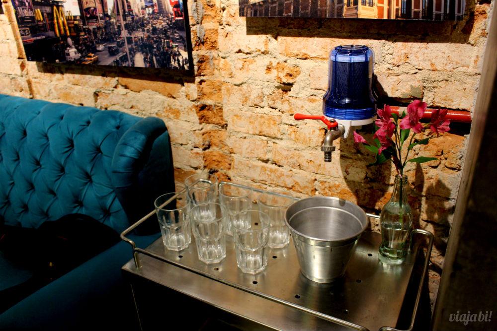 Tem água à vontade no Café do Viajante, o melhor café em Curitiba