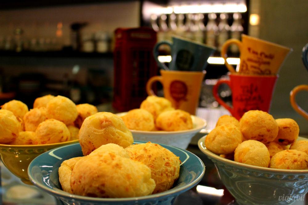Pão de queijo no Café do Viajante, o melhor café em Curitiba