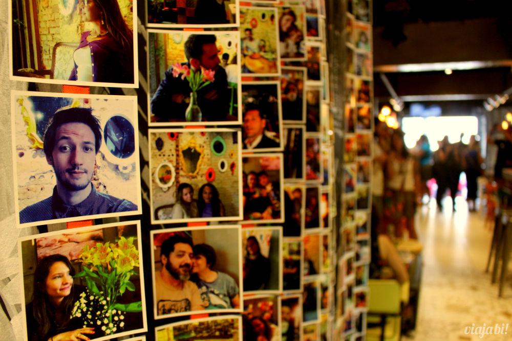 Mural de fotos com #cafedoviajante no Café do Viajante, o melhor café em Curitiba