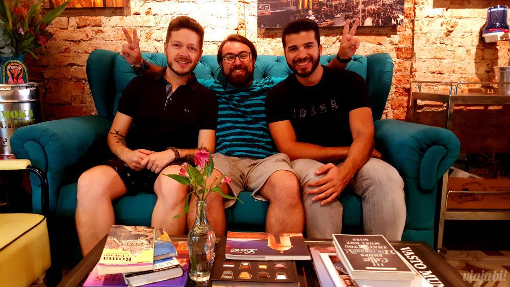 Eu no meio do Robson Franzoi e do Diogo Fernandes, os donos do Café do Viajante, o melhor café em Curitiba