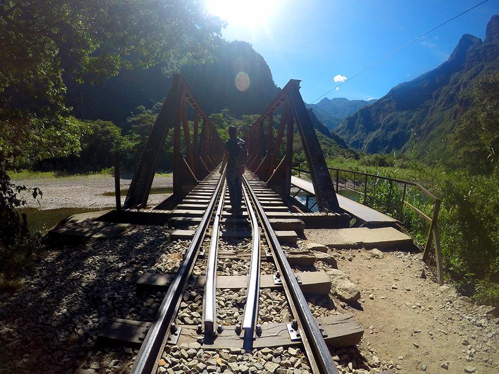 Como chegar a Machu Picchu: a linha de trem até Águas Calientes / Machu Picchu Pueblo - Foto: Jeff Slaid