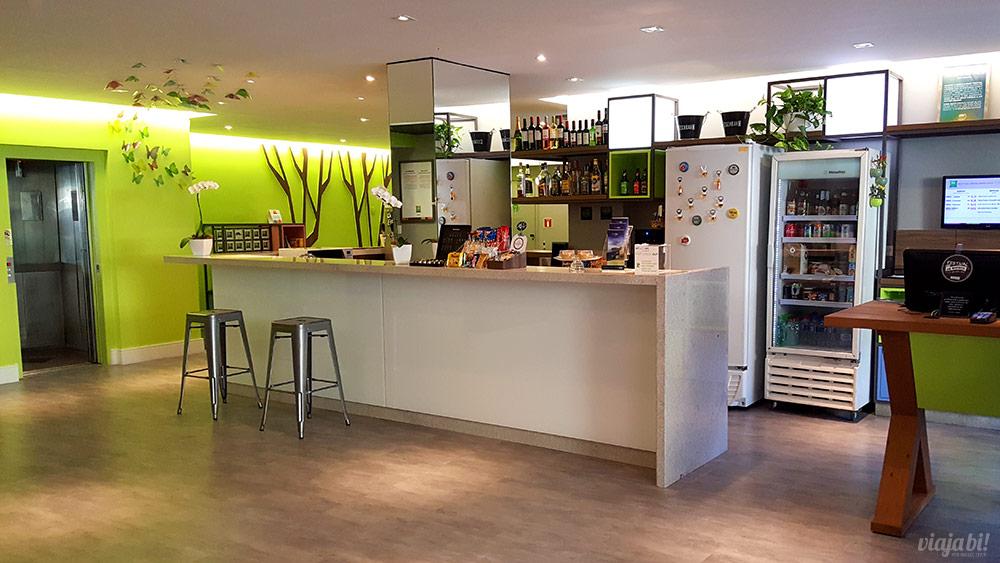 Recepção, bar e elevadores do Ibis Styles Centro Cívico