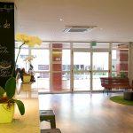 Bar com festival e lobby do Ibis Styles Centro Cívico