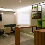 Área de mesas do bar do Ibis Styles Centro Cívico