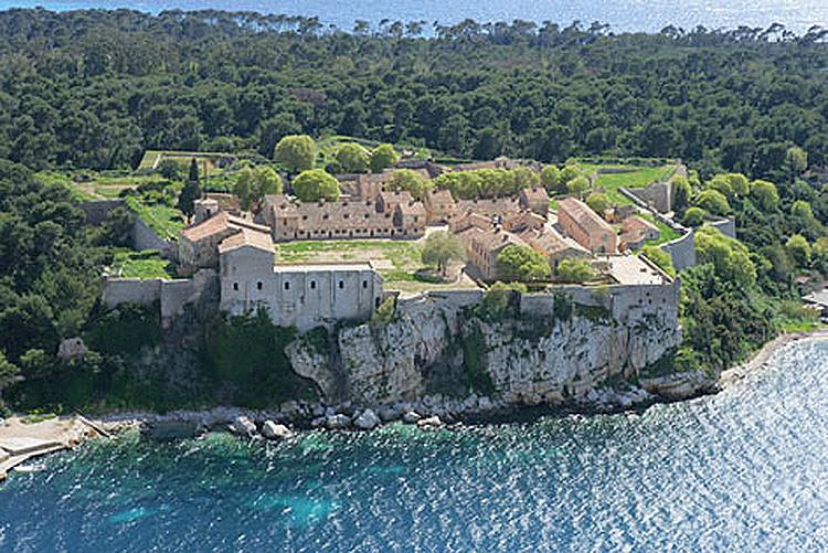 Melhores atrações e vida noturna gay na Riviera Francesa: Fort Royal na Île de Sainte Marguerite, em Cannes - Foto: Wikimedia