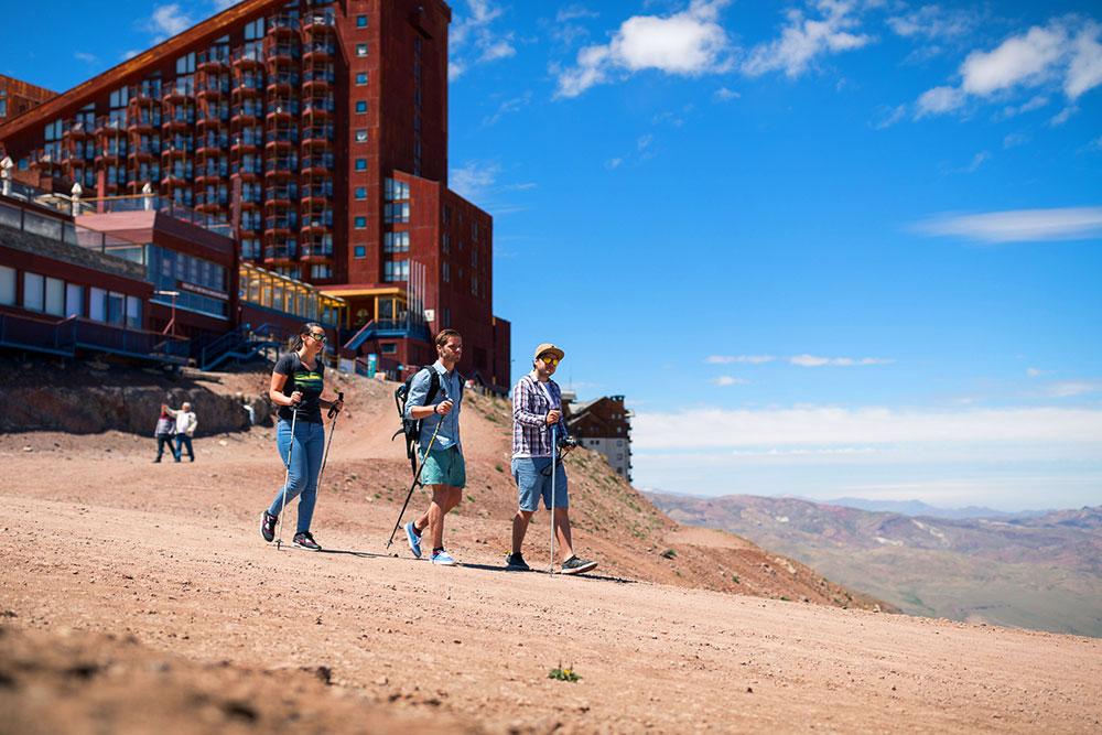 Valle Nevado no verão: É possível fazer trekking e passeio no teleférico combinados - Foto: Divulgação