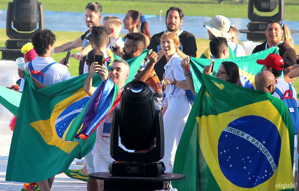0c83b90440 Parte da delegação Espírito Brasil na abertura dos Gay Games Paris 2018 no  estádio Jean Bounin